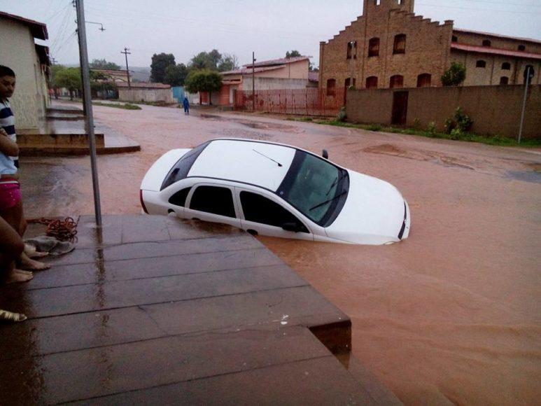 Chuva de mais de 10h enche Riacho Mocha e arrasta carro em Oeiras; fotos 22