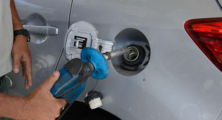 Preço da gasolina vai subir após aumento de 3% nas refinarias 1