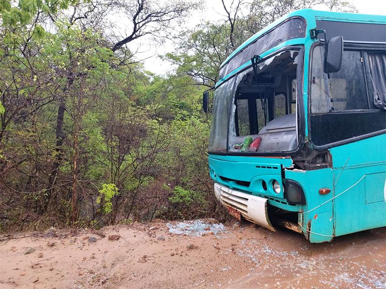 Ônibus escolar fica à beira de ribanceira de 5 metros de profundidade em Amarante 3