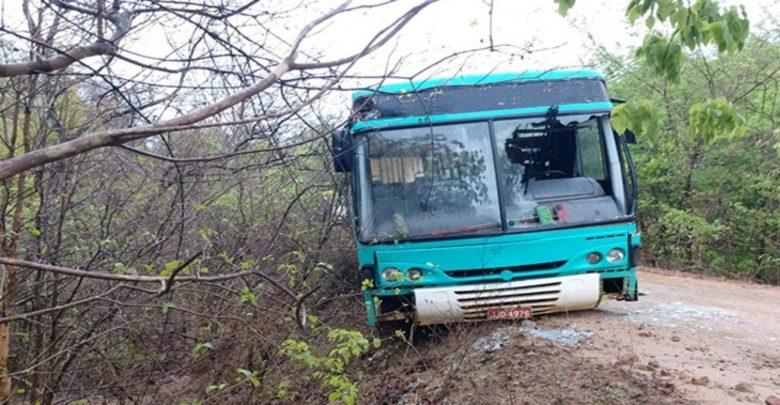Ônibus escolar fica à beira de ribanceira de 5 metros de profundidade em Amarante 1