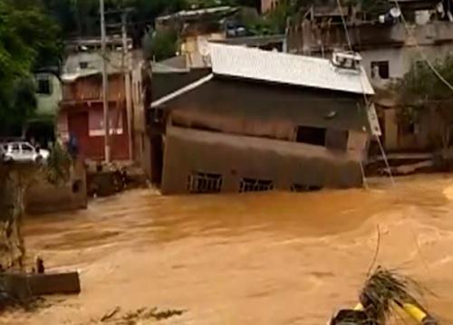 Enchente leva casa de 2 andares na Zona da Mata de MG 1