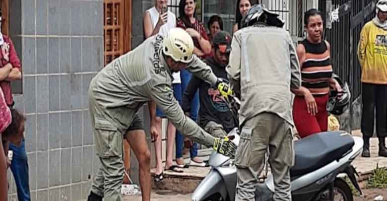 Bombeiros capturam cobra dentro de moto na cidade de Picos 1