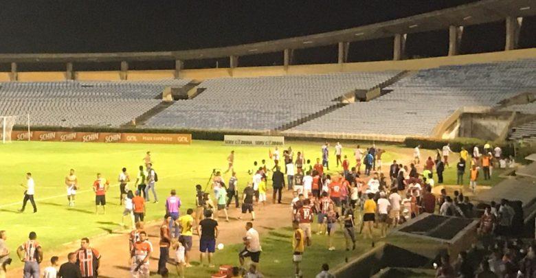 Jogo entre River e América termina em briga no estádio Albertão 1