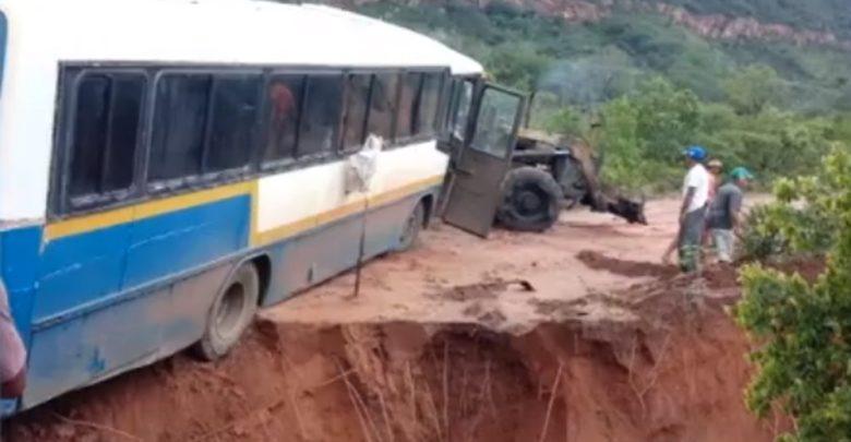 Motorista pula por janela de ônibus que estava à beira de cratera no Piauí 1