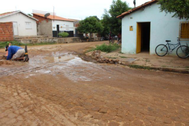 Moradora sofre prejuízos por conta de desvio na Avenida Antônio Tapety em Oeiras 11