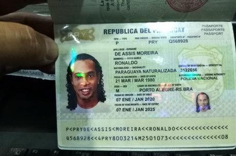 Ronaldinho Gaúcho é preso no Paraguai com suspeito de passaporte falso 1