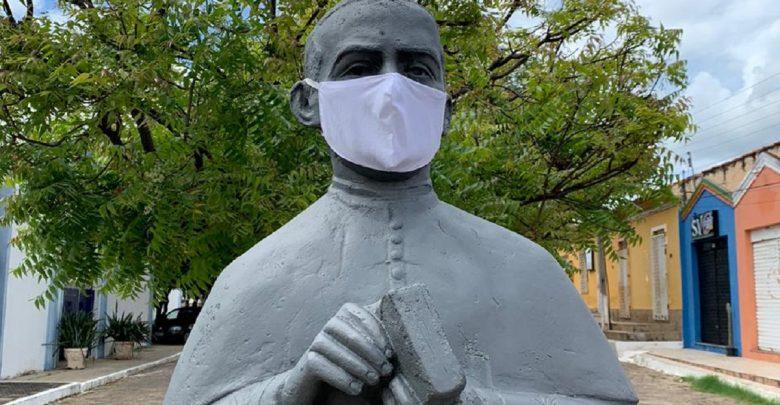 Com 9 casos de Covid, Oeiras coloca máscara em estátua como alerta 1