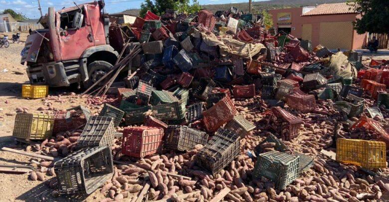 Colisão entre caminhão e motocicleta deixa três pessoas mortas na região de Picos 1