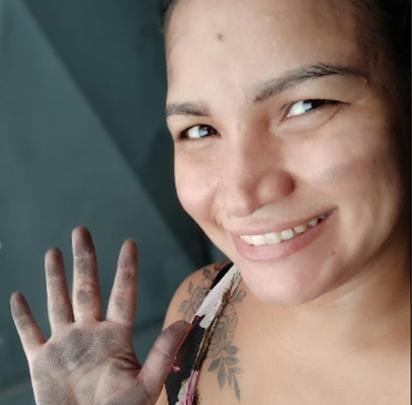 Mulher coloca 'mão na massa' e reconstrói casa incendiada pelo ex-marido 1