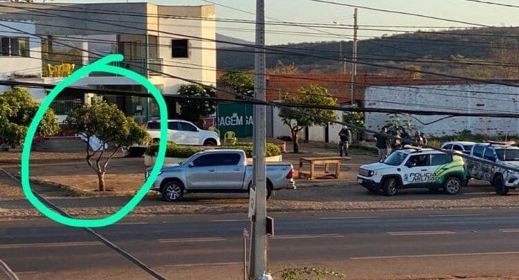 Jovem é morto com tiro enquanto bebia com amigos na porta de pousada em Picos 1