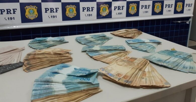Homem é preso com R$ 74 mil em dinheiro e cheques em fundo falso na BR-230 1