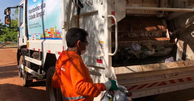 Prefeito vira gari por um dia após receber caminhão coletor de lixo no Piauí 1